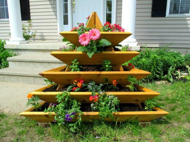 Цветник-пирамида из досок: оригинальное украшение садового участка своими руками