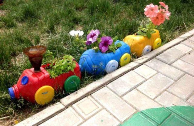 Клумбы из пластиковых бутылок: красочный цветник из доступного материала