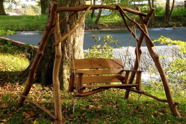 Скамейка-качели: с навесом и без, виды конструкций + инструкция по созданию с фото