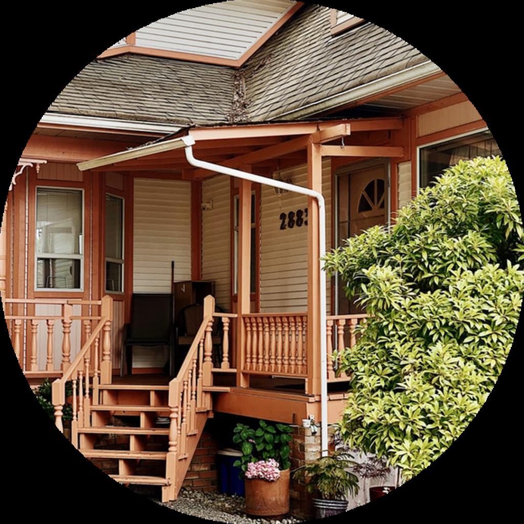 Интересные решения для оформления крыльца загородного дома