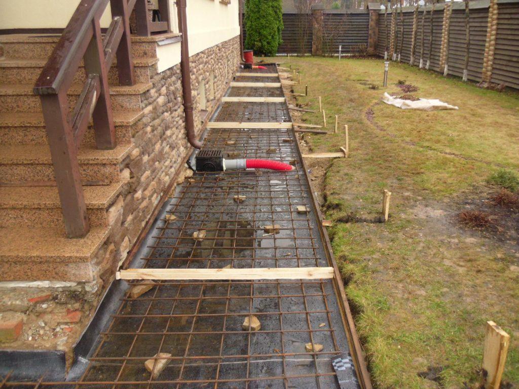«Мягкая» отмостка вокруг дома: качественнее и долговечнее бетона