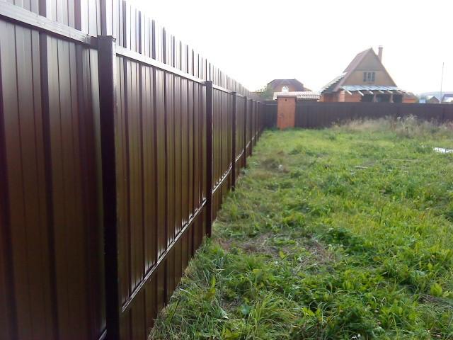 Забор из профнастила: критерии выбора материала, особенности монтажа