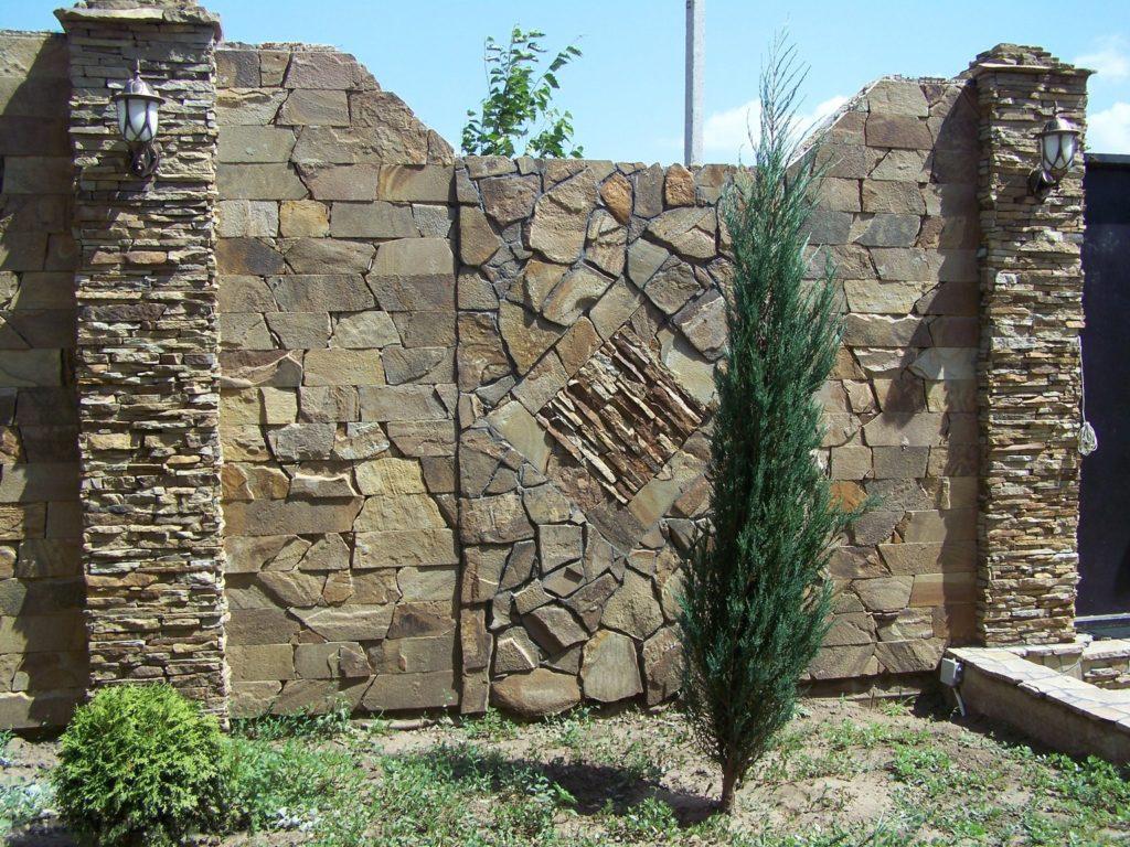 Виды заборов из камня: какой материал подойдет, особенности возведения