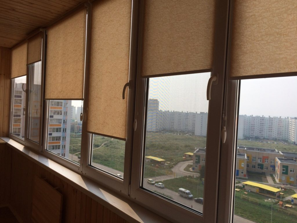 Рулонные шторы на остеклённом балконе