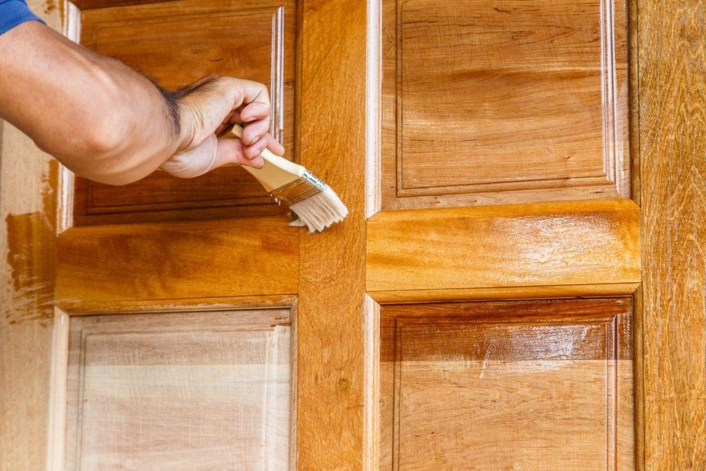 Покраска деревянной двери своими руками