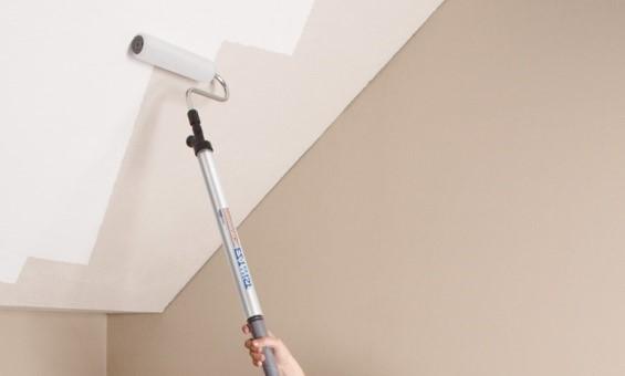 Покраска потолка водоэмульсионной краской вручную и при помощи краскопульта