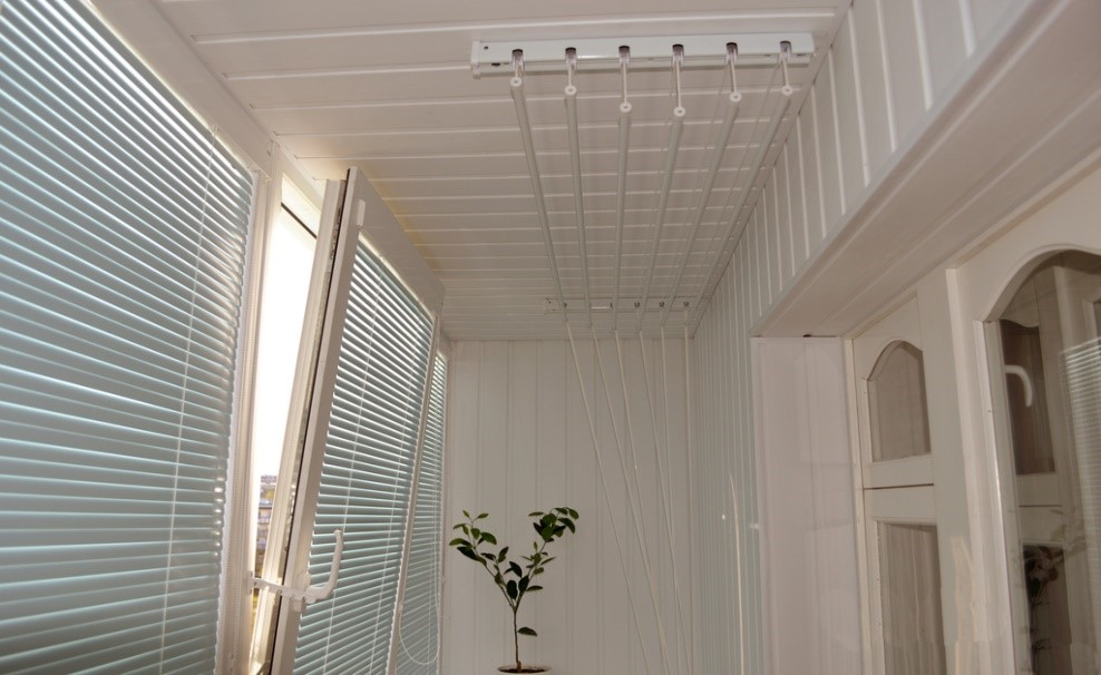 Виды и особенности выбора сушилки для белья на балкон