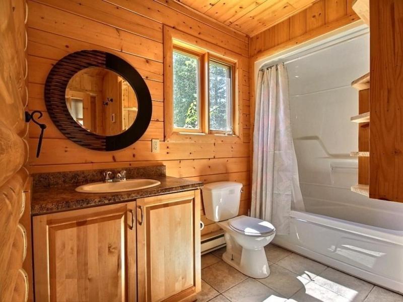 Установка санузла в деревянном доме: некоторые особенности