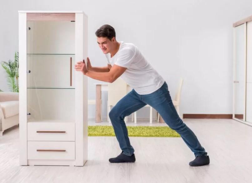 Как перетащить тяжелый шкаф, не разбирая его