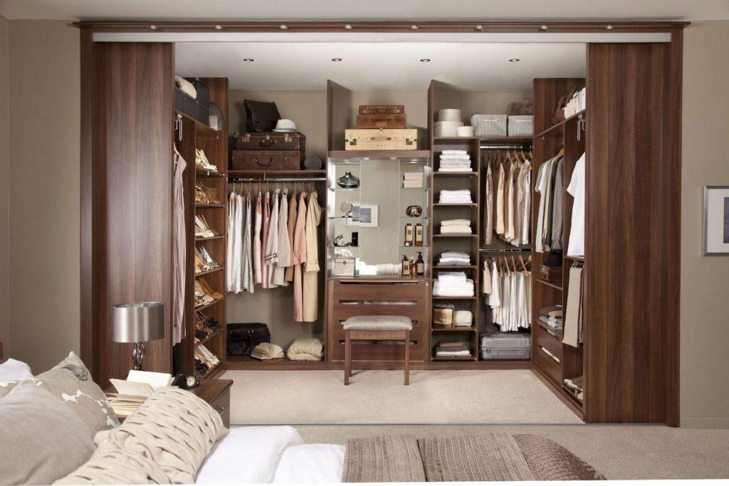 Как обустроить гардероб в маленькой комнате