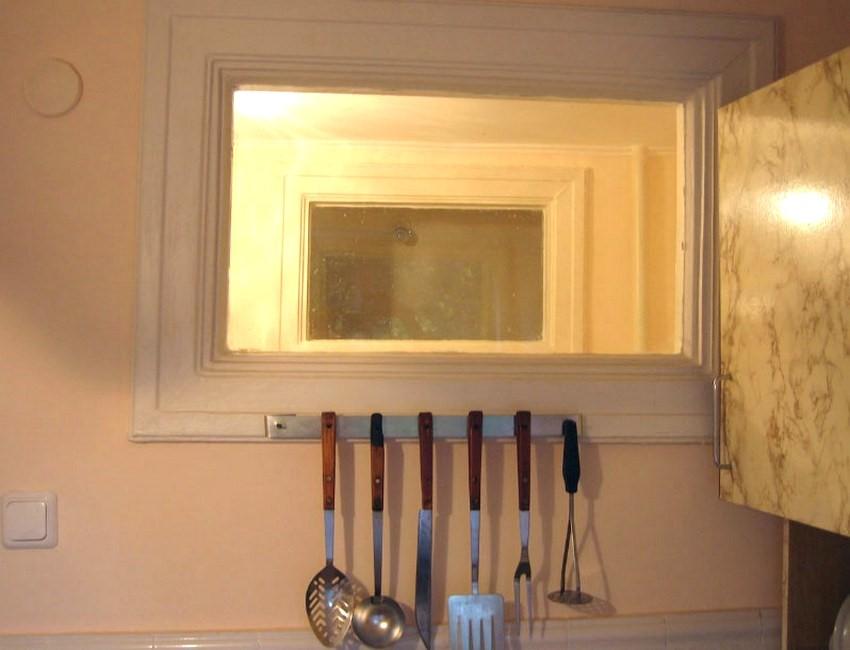 Что можно сделать с окном между ванной комнатой и кухней в хрущёвке