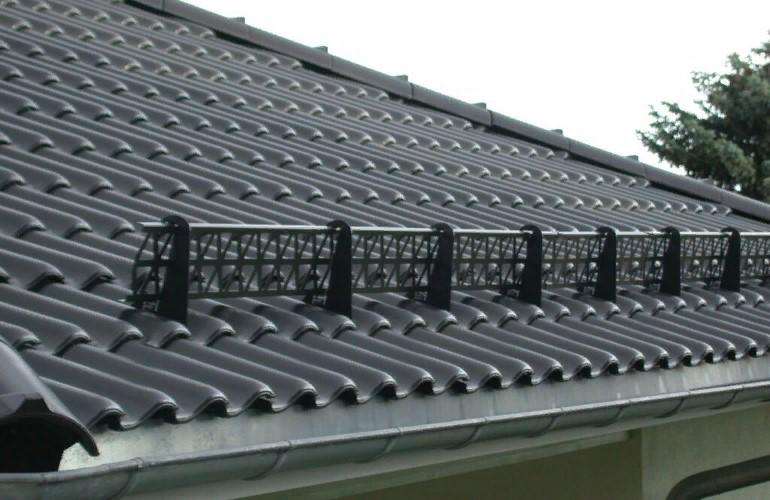 Как выбрать и установить снегозадержатели на крышу