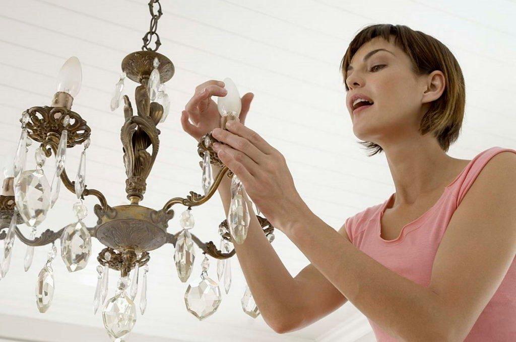 Как правильно заменить электрическую лампочку