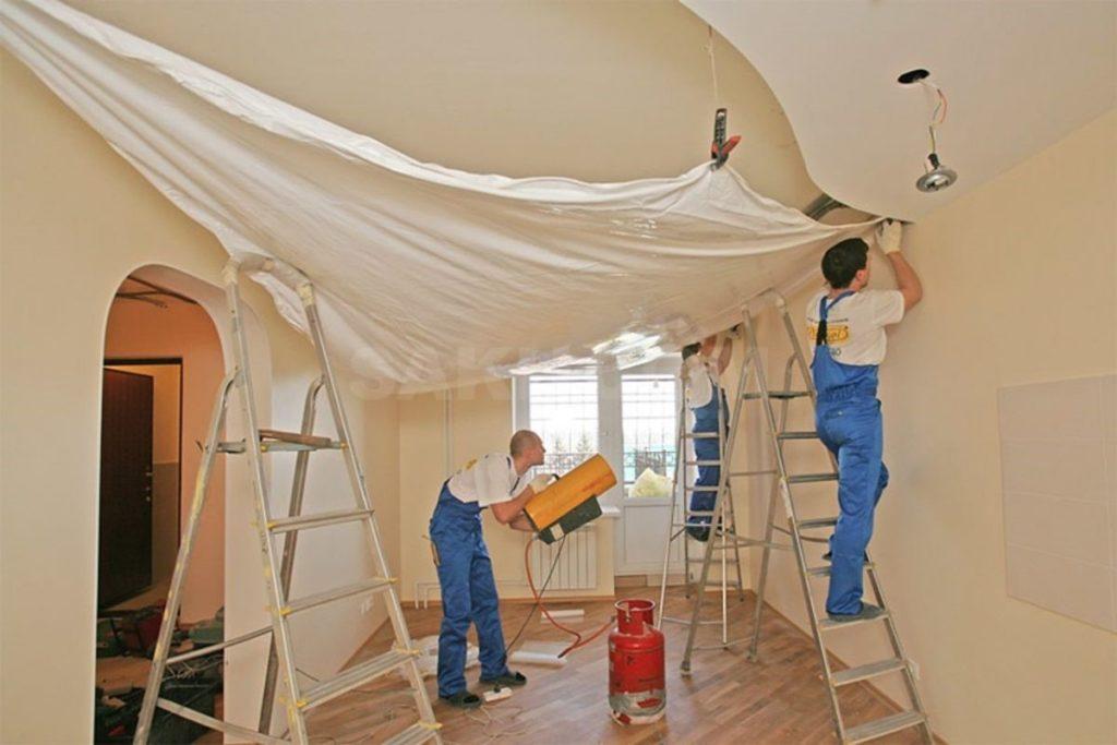 Причины возникновения неровностей на поверхности натяжного потолка