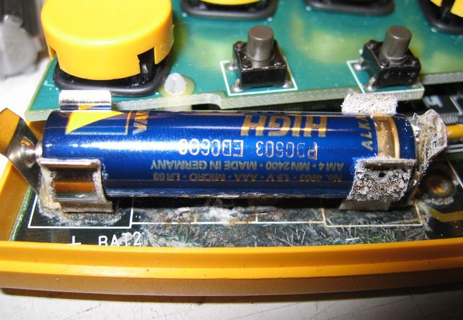 Потёкшие батарейки: очистка контактов устройств и правильная утилизация