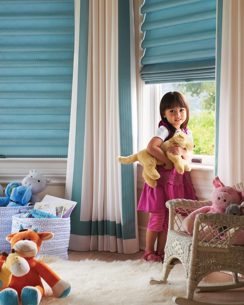 Интерьер детской комнаты: светлые обои, яркие акценты и римские шторы на окнах