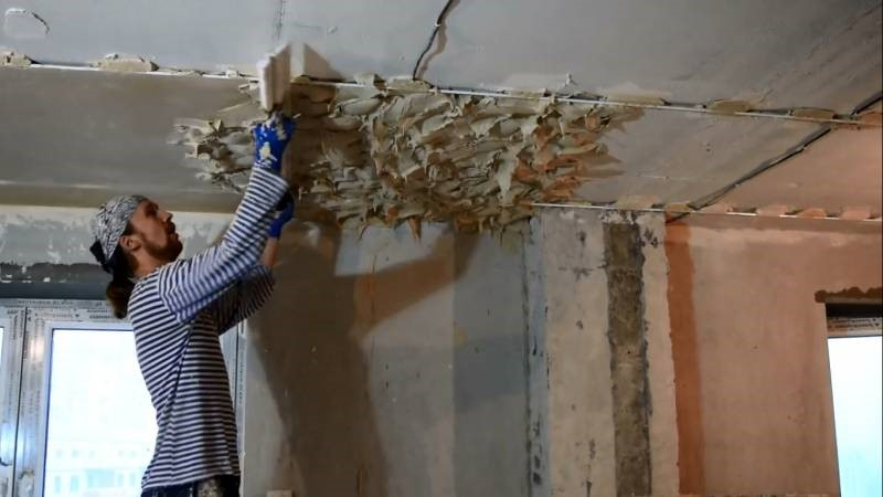Как можно исправить поверхность неровного потолка