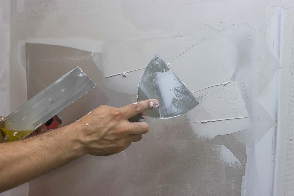Правильное применение шпатлёвки при ремонте стен своими руками