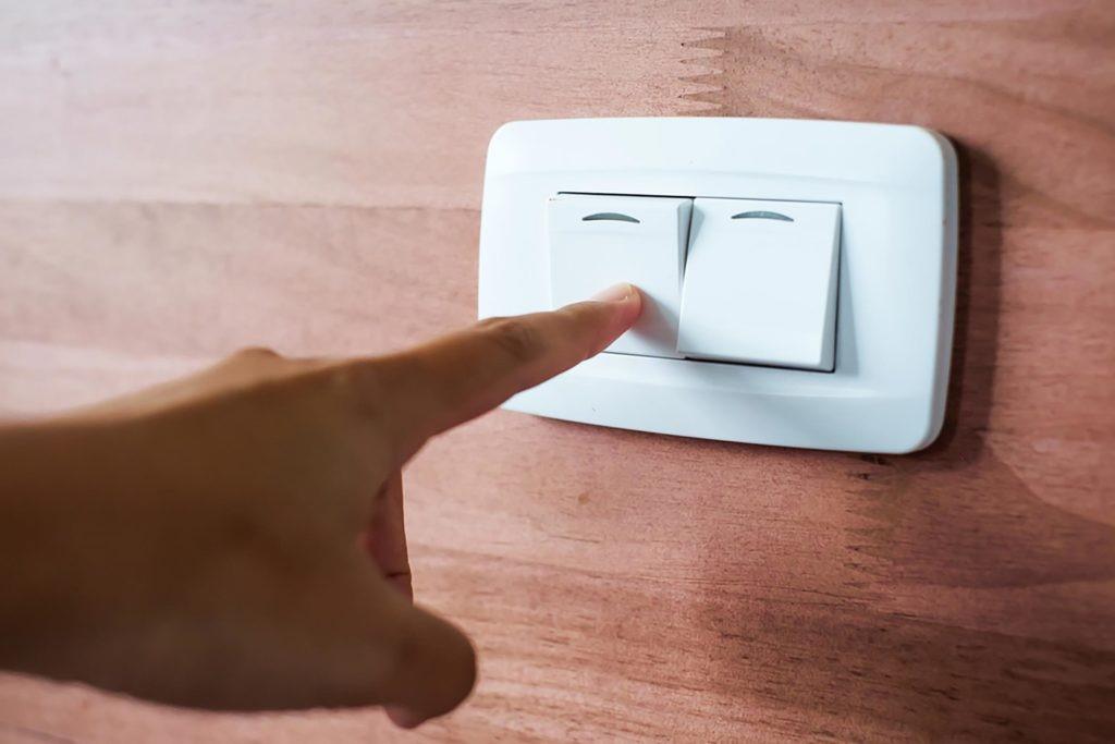 Замена бытового выключателя освещения своими руками