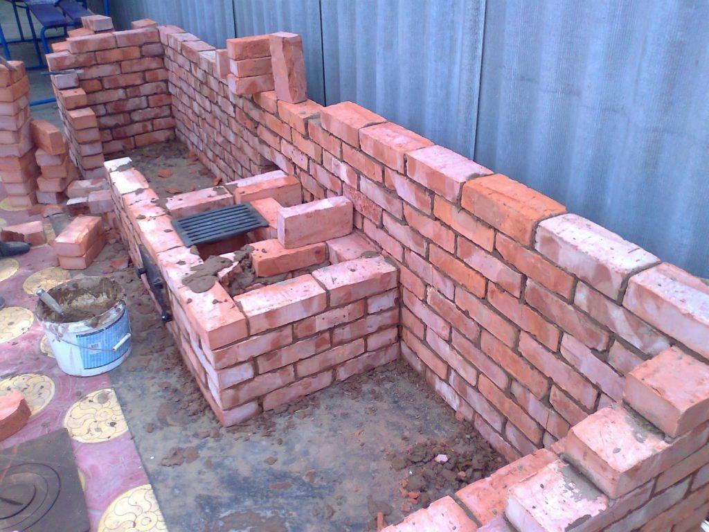 Сооружение объединённой кирпичной конструкции: мангала, барбекю и коптильни