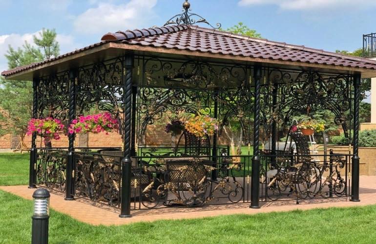 Особенности сооружения металлической садовой беседки