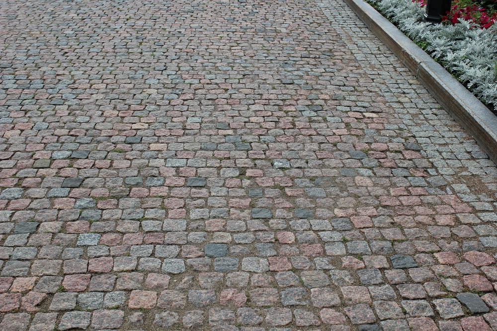 Разновидности брусчатки и пошаговая инструкция по укладке материала при формировании подъездной дорожки