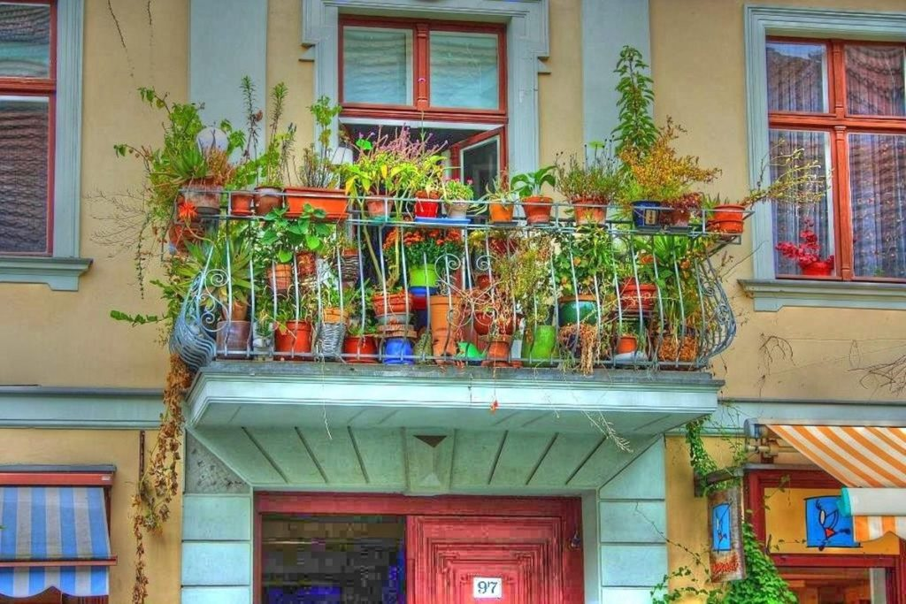 Балкон: как неуютное захламлённое пространство превратить в зону творчества и приятного отдыха