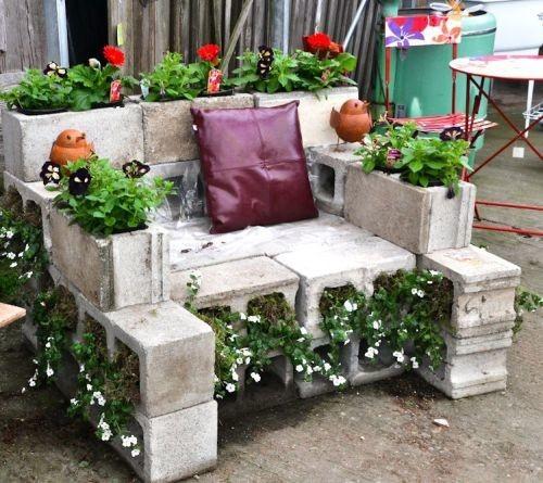 Как сделать бетонную стенку из блоков с цветущими растениями