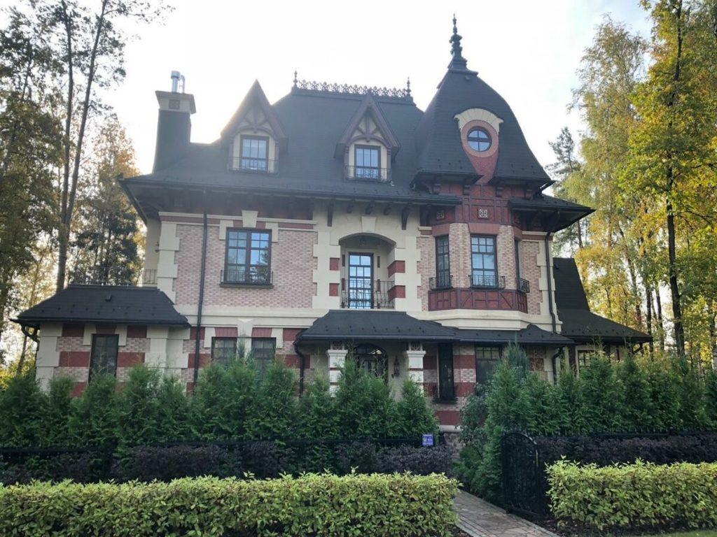 Павел Прилучный продает дом, где он жил с Агатой Муцениеце