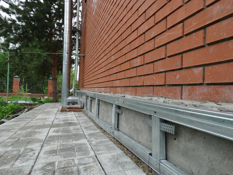Профлист: защита и украшение фундамента дома