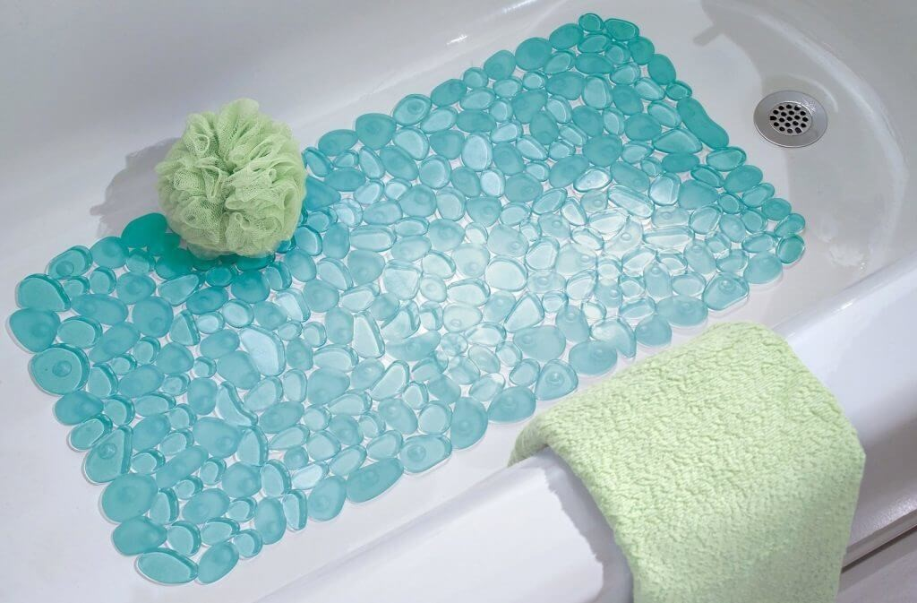 Коврики для ванной: от простых тканевых и резиновых до деревянных, галечных и электрических