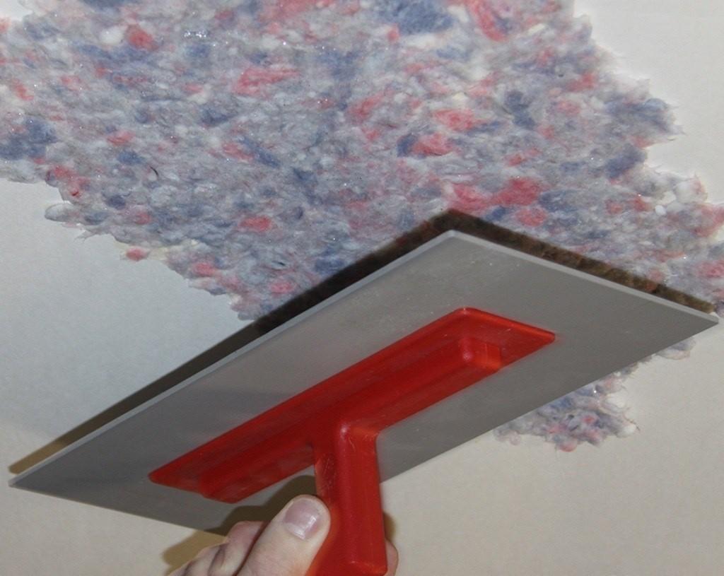 Как можно облегчить процесс поклейки обоев на потолок