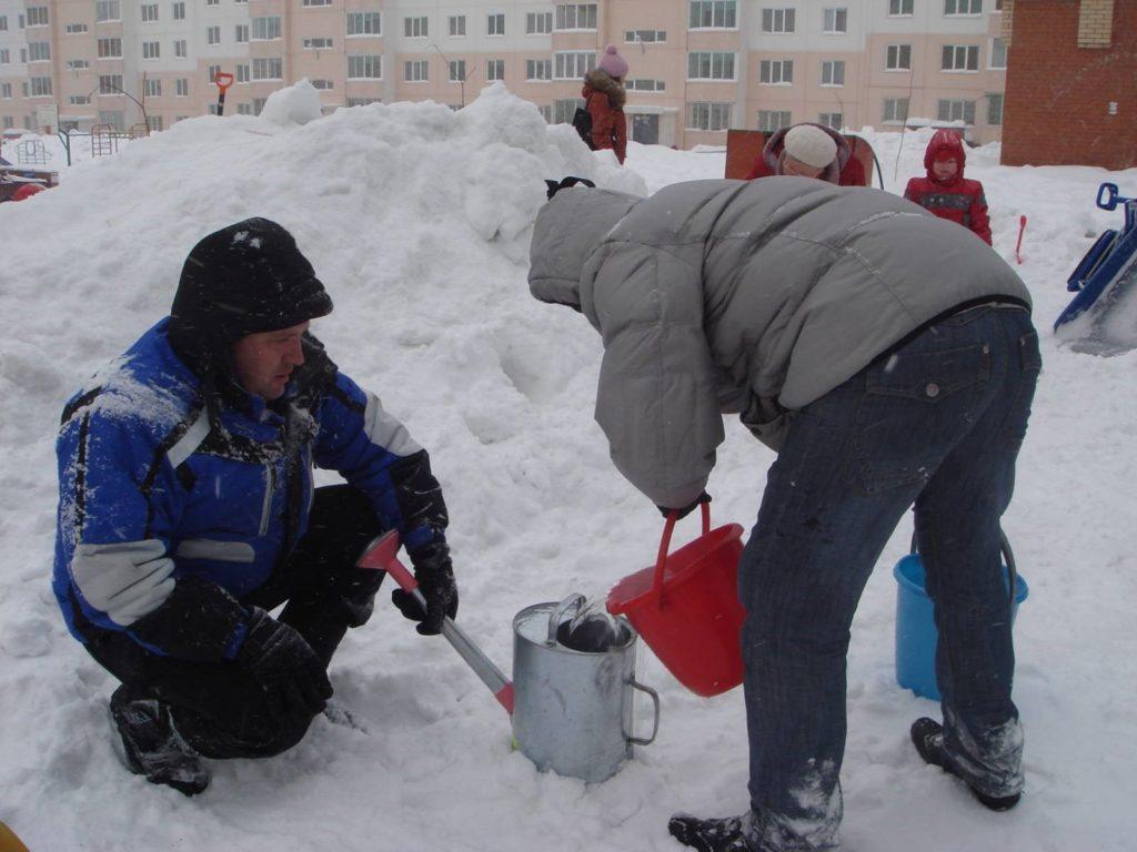 Как своими руками построить удобную и безопасную ледяную горку для детей